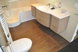 bodenfliesen für badezimmer fliesen fürs badezimmer helle oder dunkle fliesen mosaik im bad