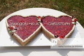 hochzeitstorte erdbeeren hochzeitstorte in form zwei herzen mit erdbeeren hochzeit