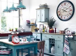 cuisine de famille bleu ciel et déco rétro maîtrisés dans cette cuisine accueillante