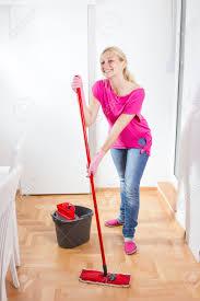 sexe femme de chambre bonne femme de ménage et nettoyage plancher à la maison banque d