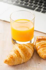 dejeuner bureau petit déjeuner dans le bureau photo stock image du clavier