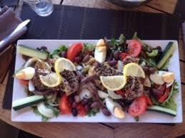 restaurant cuisine nicoise salade niçoise with a variation of tuna filet in sesame seeds