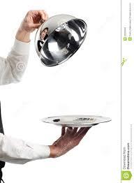 cloche cuisine mains de serveur avec le couvercle de cloche photo stock image