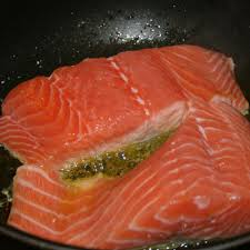 cuisiner pavé de saumon poele recette pavé de saumon à la crème simplement cuisine