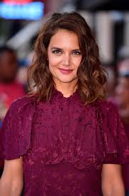 katie holmes u0027 tousled waves and plum lip look is the beauty vibe