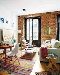 deco campagne chic campagne chic murs brique tapis rayé mobilier bois