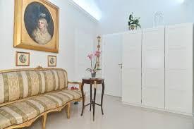 mobili ingresso roma ingresso moderno arredato con mobili d epoca foto di rome best