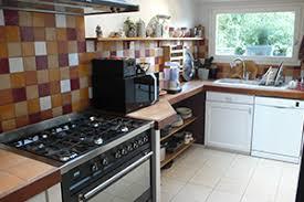 cuisine avec gaziniere un cuisiniste haut de gamme à une cuisine avec ilôt central