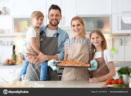 cuisine en famille famille avec pizza dans la cuisine concept de cours de cuisine