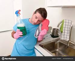 küche putzen faul haus sauberer mann waschen und putzen der küche wi