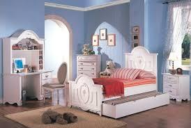 wandbilder kinderzimmer blaue wandfarbe brauner teppich weiße