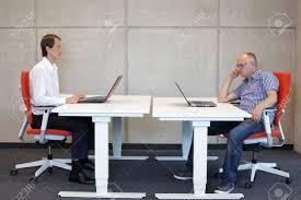 posture bureau homme travaillant dans la posture assise correcte dans le bureau en