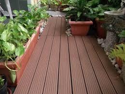 holzdielen balkon balkonteppich holzfliesen oder farbe als bodenbelag wählen