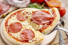 cuisine italienne pizza cuisine italienne pizza au salami photographie agneskantaruk