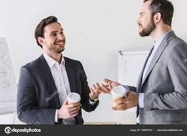 image pause café bureau sourire les hommes affaires beau parler pendant pause café bureau