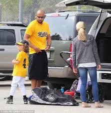 kendra wedding ring kendra wilkinson flashes new ring while out with hank baskett