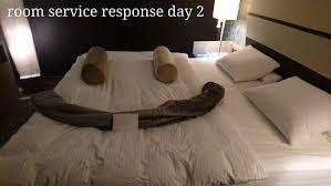 femme de chambre hotel un client qui s ennuie à l hôtel crée des oeuvres pour les