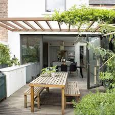 faire une cuisine d été cuisine d été avec pergola vegetale pour une terrasse intime