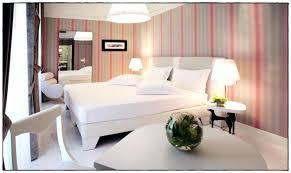 chambre avec papier peint papier peint chambre adulte chantemur amazing chambre papier