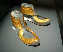file hochdorf golden shoes ornaments jpg wikimedia commons