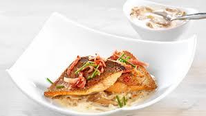 cuisiner filet de truite recette filet de truite à la crème de pleurotes et julienne de