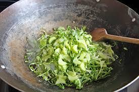 cuisiner les feuilles de chou fleur feuilles de chou fleur sautées au wok