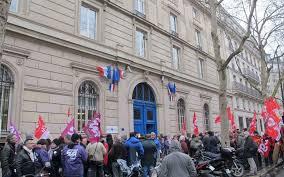 siege cgt la cgt attaque la réforme de martin hirsch en justice le parisien