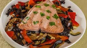 cuisiner du saumon au four saumon accompagné de légumes d été rotis au four avec des trompettes