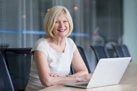 affaire bureau une femme d affaires senior qui travaille au bureau télécharger