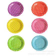 piatti e bicchieri di plastica colorati apparecchiare la tavola con piatti di carta ma con stile donnaclick