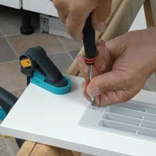 montage plinthe cuisine plinthes des meubles d une cuisine aménagée