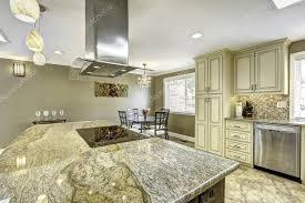 plaque granit cuisine île cuisine avec plaque en granit haut fourneau et ho
