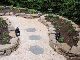 idee fai da te per il giardino pietre per viali avec decorare il giardino con i sassi idee fai da