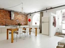 cuisine sol blanc sol blanc table longue bois mur brique cuisine thebookedition le mag