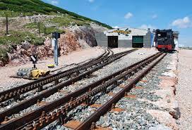 treno cremagliera ferrovia a cremagliera sulla montagna schneeberg fotografia