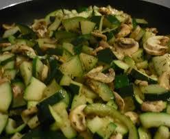 cuisiner des courgettes à la poele poêlée de courgettes chignons et poulet recette de poêlée de