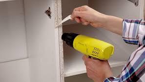 placage meuble cuisine collez une façade stratifiée sur une porte de meuble