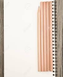 bloc note sur bureau crayons et bloc notes sur le bureau banque d images et photos libres
