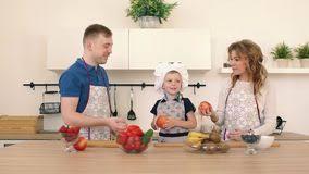 maman cuisine la famille prépare une salade dans la cuisine le papa et la maman