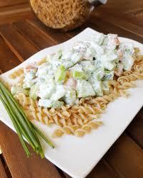 cuisiner des pates salade de pâte au saumon fumé et au concombre pates saumon fumé
