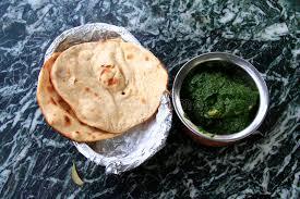 cuisine indienne naan cuisine indienne poulet en sauce au jus d épinards avec naan photo