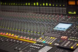 bureau d enregistrement grand bureau de mélangeur de musique dans le studio d enregistrement