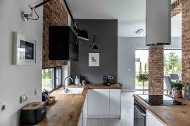 cuisine au bois une cuisine au style industriel brique noir blanc bois