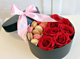 flower delivery chicago flowers in a box boxed flowers chicago roses macaroons www