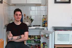 etudiant cuisine dans le frigo des étudiants français vice