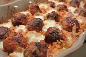 cuisiner des boulettes de viande boulettes de viande épicées au coeur de mozzarella dans la cuisine