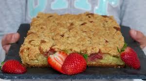 cuisine rhubarbe gâteau crumble à la rhubarbe et aux fraises dans la famille
