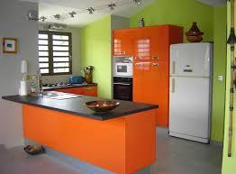 cuisine verte et marron cuisine avec meubles oranges et murs verts cuisine
