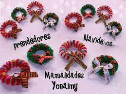 coronas navideñas hechas con limpia pipas para usar como broches
