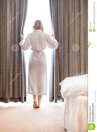 rideaux de chambre intégral de la femme dans des rideaux en chambre à coucher d
